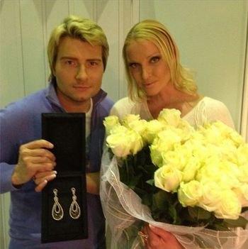 Николай подарил Анастасии к 8 марта серьги и букет роз