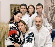 Нина Матвиенко с сыновьями Иваном и Андреем, дочкой Тоней, внучкой и мужем Петром Гончаром