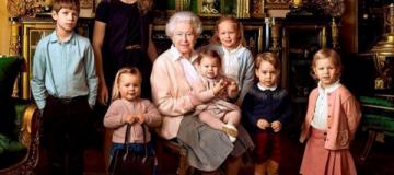 Королева Елизавета снялась с внуками, правнуками и собачками