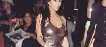 Ким Кардашьян щеголяла в прозрачном платье без белья