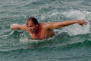 Украинец проплыл пять километров при температуре воды +7°C