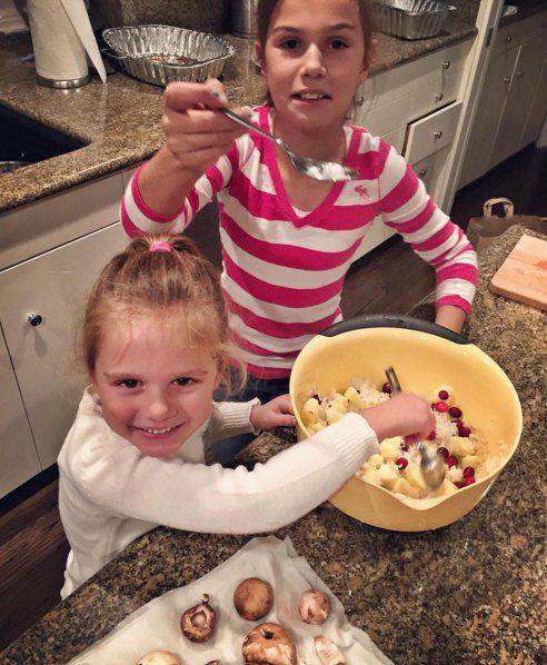 Моника и Алина с папой на День Благодарения