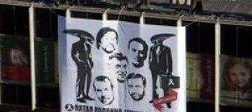 """В Москве повесили баннер с Макаревичем и Шевчуком: """"Чужие среди нас"""""""