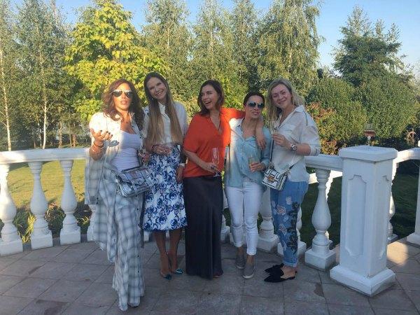Татьяна Недельская (в центре, в красном) с подругами, среди которых и гимнастка Лилия Подкопаева
