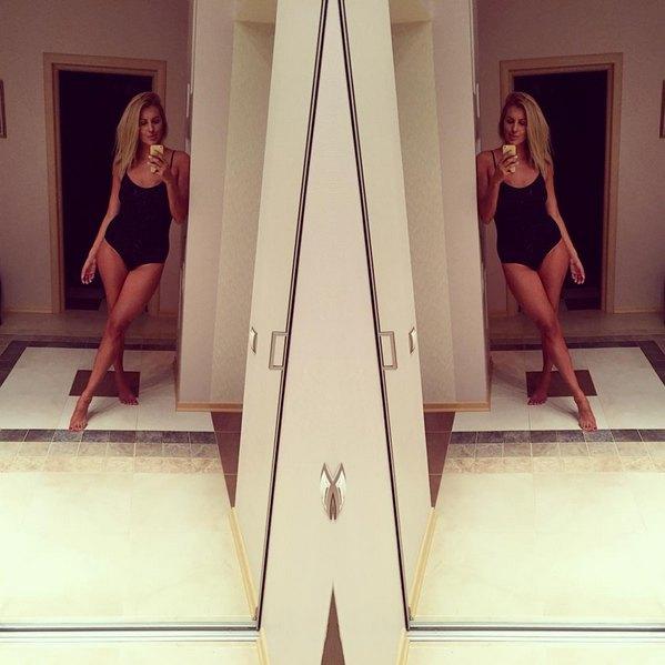 Яна Клочкова, одетая в черный боди, - это практически вариант для прогулки. Обычно Яна позирует в открытом бикини