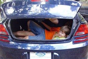 Немецкий пенсионер забыл внучку в багажнике машины