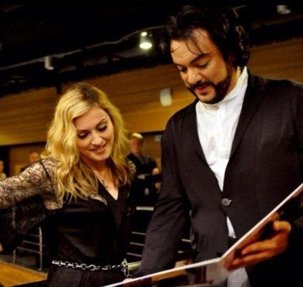 Филипп Киркоров демонстрирует Мадонне свою пластинку