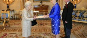 Наряд украинского посла на приеме у королевы Елизаветы вызвал критику в Сети