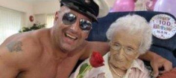 Английская пенсионерка отметила 100-летний юбилей со стриптизером