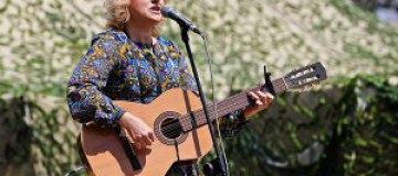 Бурмака посвятила песню женщинам, провожающим любимых на войну