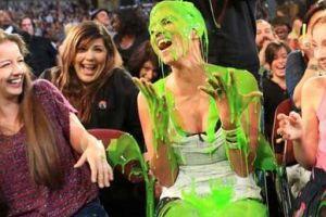 Холли Берри заляпали зеленой жижей
