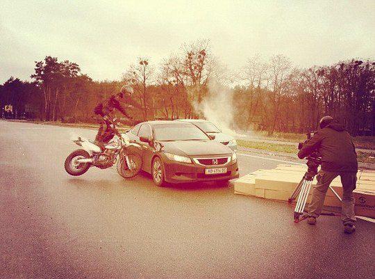 Каскадер не рассчитал расстояние и упал на автомобиль режиссера