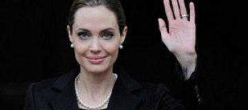 Джоли жалуется на боль в новой груди