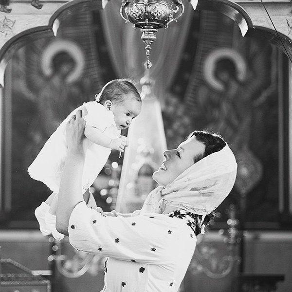 Милла Йовович с новорожденной дочкой