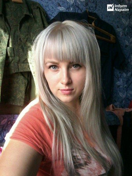 Любовь Захарова-Кустова позирует на фоне формы Моторолы?
