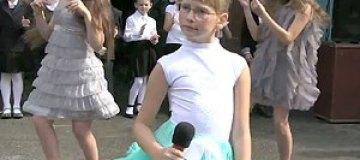 Дочь Яценюка спела в школе хит 80-х