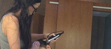 Деми Мур собственноручно обрила голову дочери