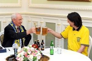 Азаров выпил пива со шведским болельщиком
