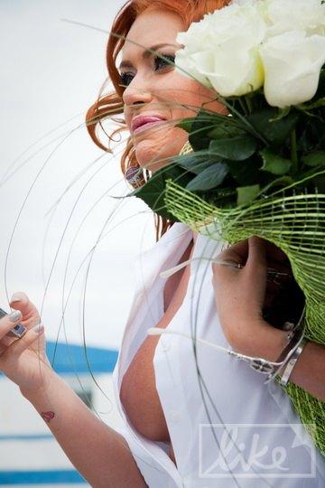 Декольте невесты порадовало гостей мужского пола