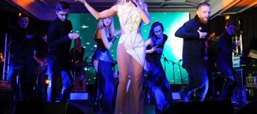 Вера Брежнева в прозрачном платье спела на открытии кафе в Киеве