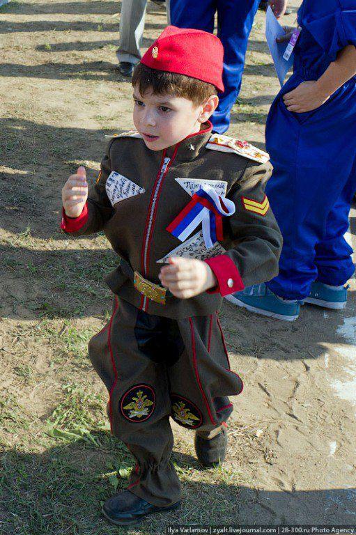 Удовлетворенный мальчик-солдат