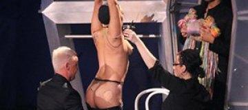 Леди Гага разделась прямо во время выступления