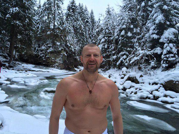 А Андрей Тетерук показал мощный торс в заснеженном лесу