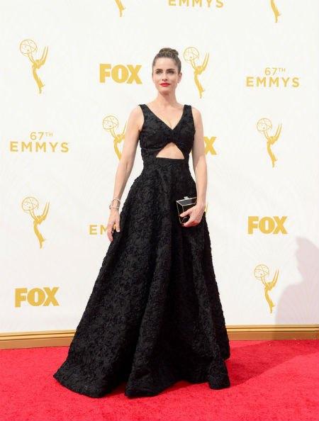 Актриса Аманда Пит была в платье с необычной текстурой от Michael Kors