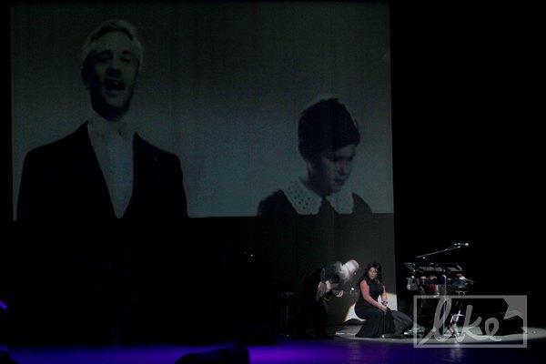 Певица заставила их играть с повязкой на глазах, а в это время на экране показывали архивное видео пианиста