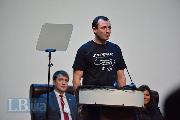 Один из организаторов форума, лидер Демальянса Василь Гацько, покорял скромной гагаринской улыбкой