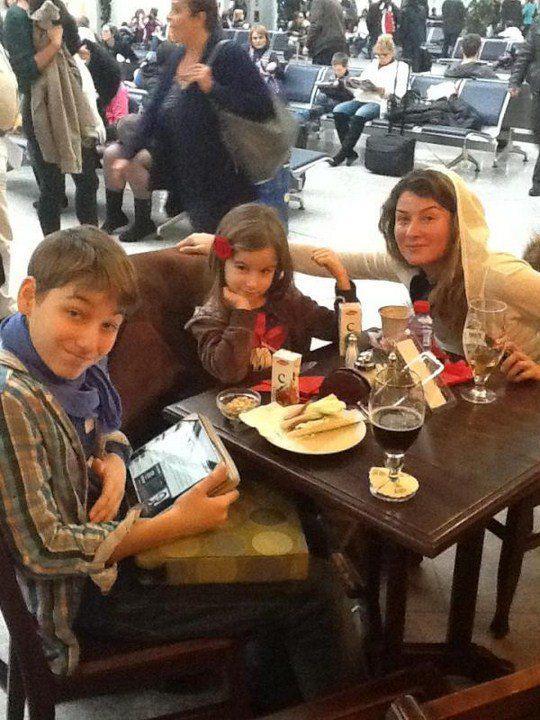 Семейство в аэропорту