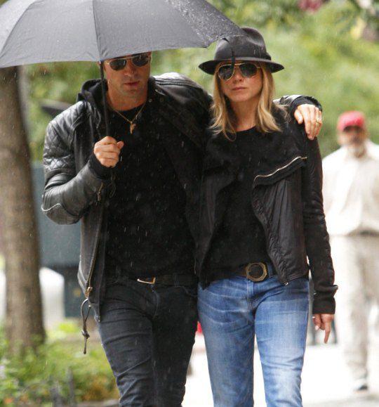 Новый бойфренд Энистон не только раскрутил подружку на $ 450 тыс., но и заставил ее мокнуть под дождем