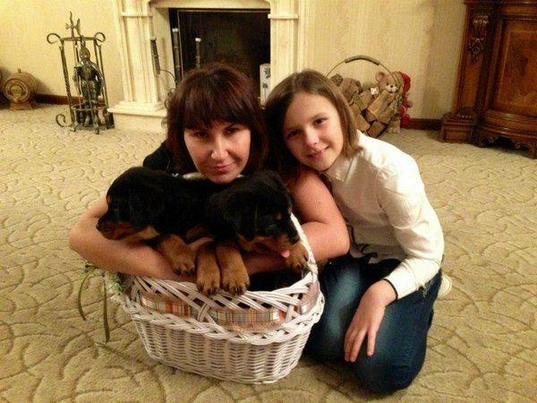 Супруга Олега Ляшко Розита с дочкой Владиславой и щенками