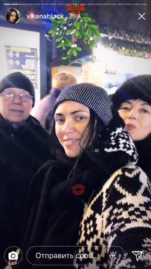 Виктория с родными и близки на Софийской площади в Киеве