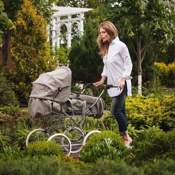 Нянчить новорожденного сына Ольге помогают мама и старшая дочь