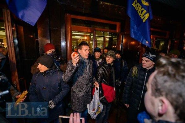 """Активисты призывали зрителей не ходить на выступление """"московських запроданців"""""""