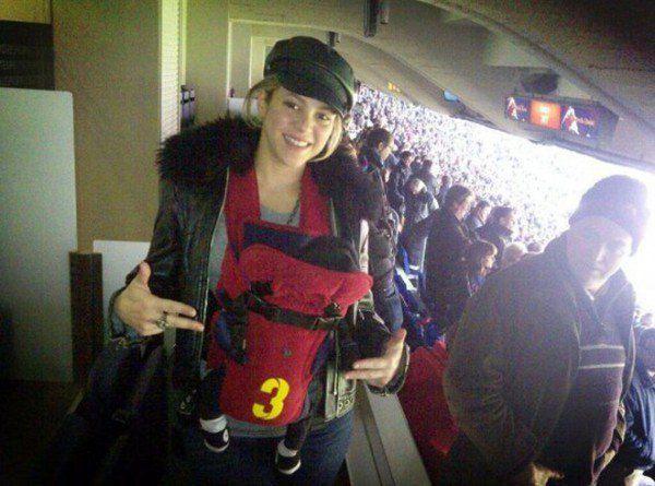 Шакира показала фото с сыном Миланом на стадионе