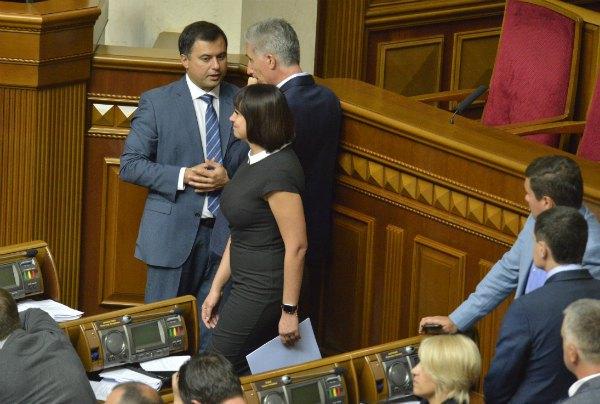 Для первого дня в парламенте Татьяна выбрала темное платье с глухим вырезом, которое, тем не менее, подчеркнуло все достоинства ее фигуры