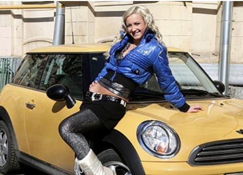 Ольга Бузова любит фотографироваться с машиной, но забывает ее закрывать