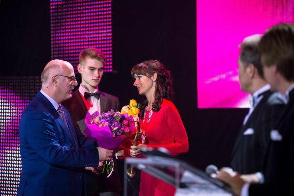 Григол Катамадзе награждает волонтера и вдову участника АТО Елену Гуменюк-Торган