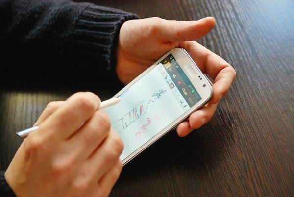 Федор Возианов рисует эскизы прямо на экране мобильного