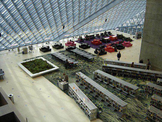 Библиотека, занимающая площадь в 34 000 м², вмещает около 1,45 миллиона книг и других материалов