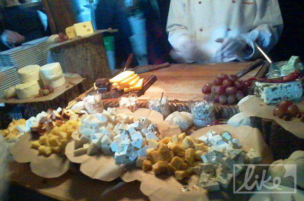 Ни гречки, ни укропа. На фуршете гостей угощали деликатесными сортами сыров  и коктейлями