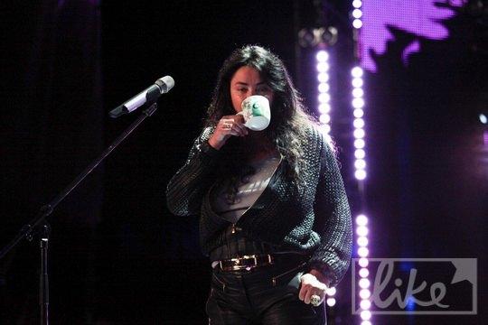 И согревалась чаем