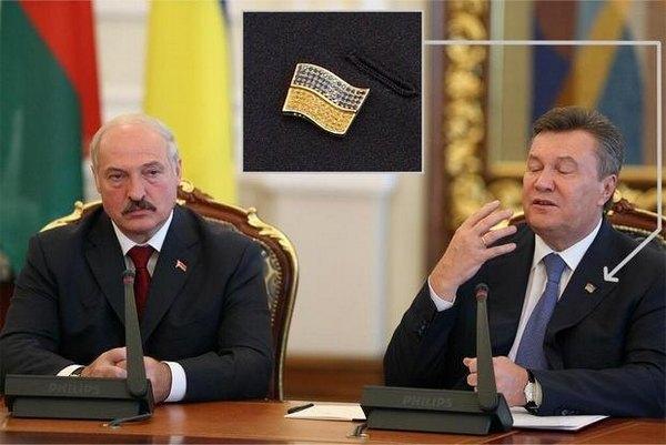 Виктор Янукович носит значок, инкрустированный блестящими камнями