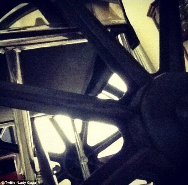 Звезда опубликовала в своем Twitter снимок колес кресла