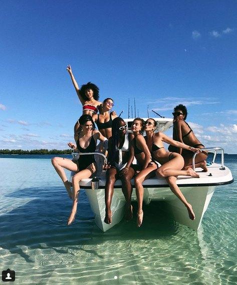 Хейли Болдуин, Кендалл Дженнер, Белла Хадид с подругами веселились на яхте