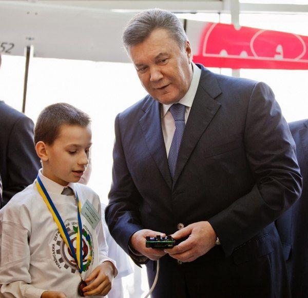 Виктор Янукович поиграл в машинки