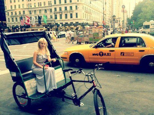 Мика Ньютон на вело-такси