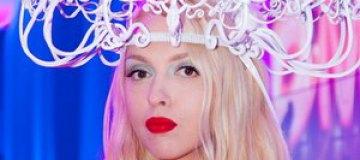 Полякова вышла в свет с голубем на голове